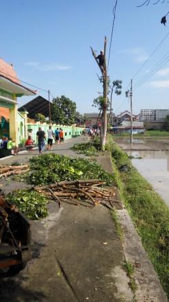 Gotong Royong Bersih Lingkungan Warga RT 001-002 pedukuhan Dagaran